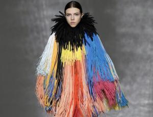 """Moderno, voluminoso y """"tradicional-excepcional"""" fue el desfile de Givenchy"""