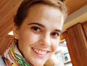 Javiera Suárez muestra imagen que retrata su lucha contra el cáncer