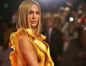 Jennifer Lopez luce lo último en faldas para la primavera que se asoma