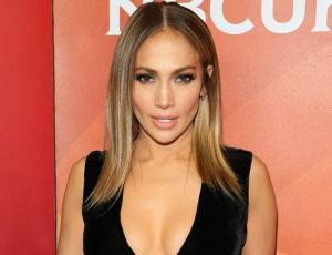 Jennifer Lopez muestra sus curvas y riqueza con ajustado traje de billetes