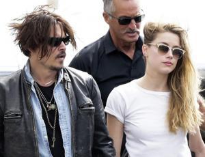 """Se filtra escritura de Johnny Depp en un vidrio y con sangre de sus dedos: """"Amber es fácil"""""""