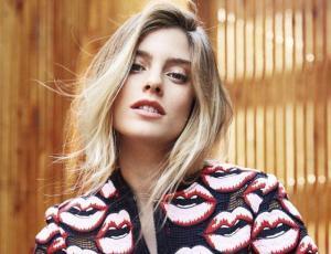 Josefina Cisternas  firma contrato discográfico con Sony Music