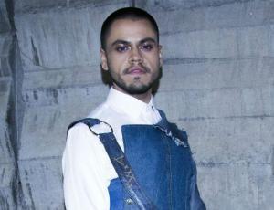 El irreverente look de Kevin Vásquez en evento de Vesta Lugg