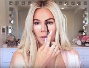 Khloé Kardashian enseña su rutina de maquillaje y sorprende con marcado contorno de nariz