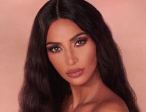 Kim Kardashian ensalza sus curvas con vestido estampado