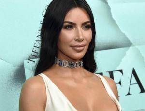 Kim Kardashian puso a prueba su línea de maquillaje en tiempo real