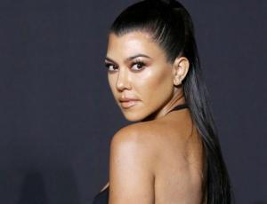 Kourtney Kardashian impacta con look blanco y sostén a la vista