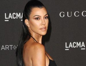 Kourtney Kardashian impone los accesorios cristianos en su look