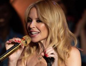 Kylie Minogue luce el más holgado y casual de sus looks