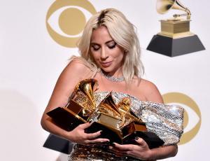 Lady Gaga fue borracha a tatuarse y el resultado fue un error