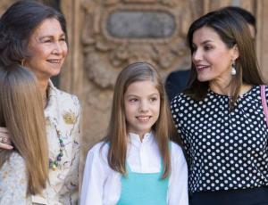 Video muestra a la reina Letizia impidiendo que sus hijas se tomen foto con su abuela