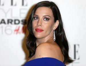 Liv Tyler mostró su avanzado embarazo en elegante gala