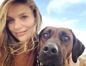 Mayte Rodríguez responde a pasajero que la criticó por viajar en avión con su mascota