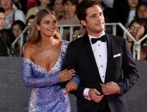 Revista paparazzea a Mayte Rodríguez y Diego Boneta besándose