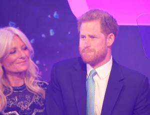 Príncipe Harry se quiebra en pleno discurso al recordar embarazo de Meghan Markle