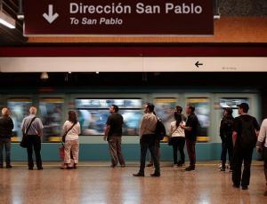 """Mujer se enamoró en el Metro de Santiago y pide ayuda para encontrar a quien """"se llevó mi corazón"""""""