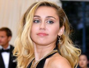 Miley Cyrus se tatúa una palabra que muchos consideran una ofensa
