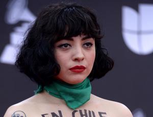 Mujer imita intervención de Mon Laferte en los Latin  Grammy y se hace viral
