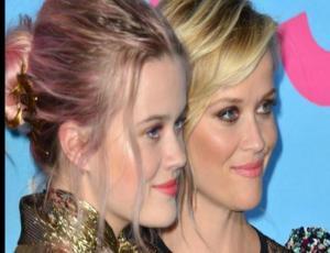 El incómodo momento en que confundieron a Reese Witherspoon con su hija en los Emmys
