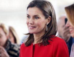 Reina Letizia empuja a su hija para que se acerque a doña Sofía