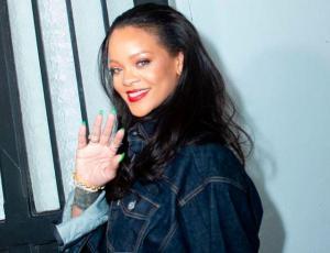 Rihanna se deja ver sin una gota de maquillaje en el aeropuerto