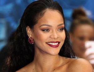 La ajustada versión del little black dress de Rihanna