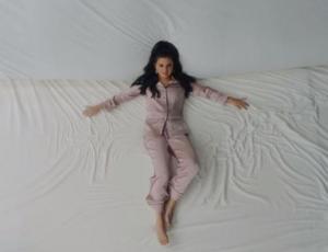 """¡En una súper cama! Estrenan video de """"I can't get enough"""", la canción de Selena Gomez y J Balvin"""