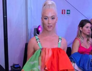 Vesta Lugg llegó con vestido full volantes y color a la Gala de Viña 2019