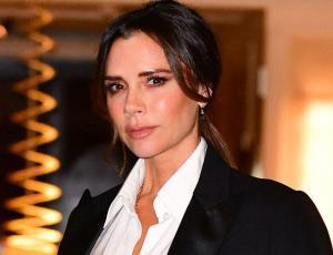 """Victoria Beckham estampa en su polera básica que es todo un """"ícono de estilo"""""""