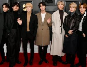 BTS adelanta lo último en moda masculina en los Grammy 2020