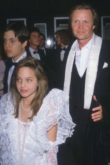 Angelina Jolie, de 11, junto a su padre en la entrega de los Oscars en 1986.