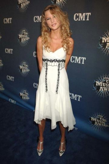 Taylor Swift, con 17 años, en los CMT Music Awards.