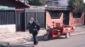 Hombre de 64 años recolecta basura mientras tira de su triciclo eléctrico