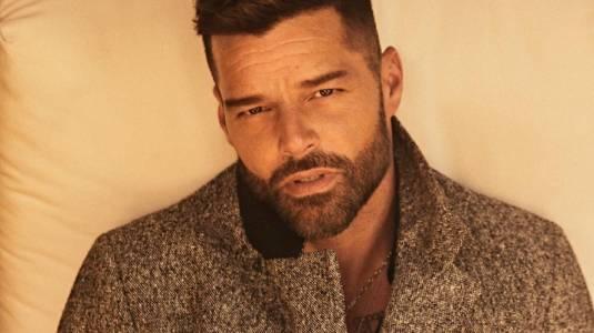 Ricky Martin impacta posando con corsé metálico y tacones