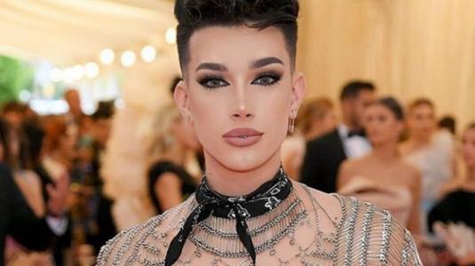 Ex fanáticos de James Charles destruyen su paleta de maquillaje