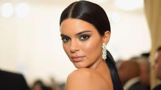 Kendall Jenner muestra sin querer su polera regalona con hoyo