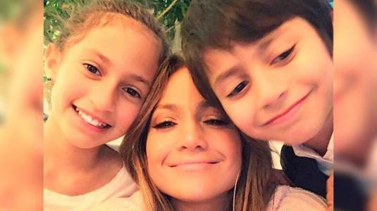 Hijo de JLo y Marc Anthony demuestra su talento para el canto en tierno video