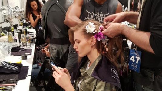 Backstage NYFW: así viven las modelos los momentos previos a un desfile