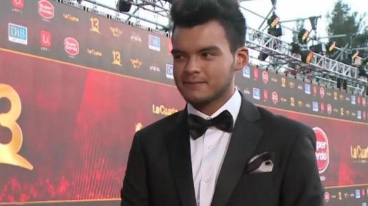 Hijo de Álvaro Salas se robó las miradas durante su primera alfombra roja
