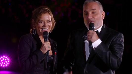 El beso de Luis Jara y Kathy Salosny en el cierre de la Teletón