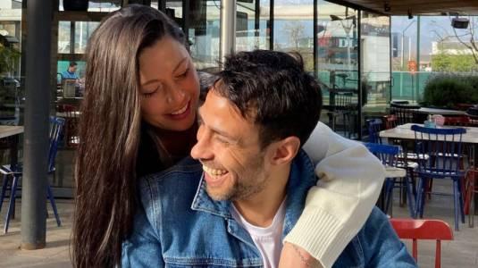 Daniela Aránguiz comparte particular beso con Jorge Valdivia