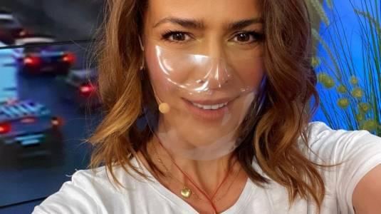 Tonka Tomicic revive su faceta de modelo en pasillo de Canal 13