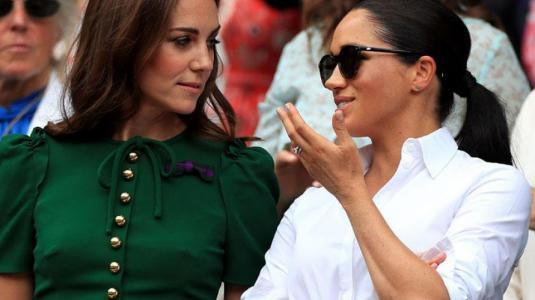 Polémica por mural donde Kate Middleton y Meghan Markle aparecen besándose