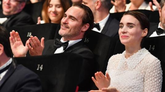 La fotografía de Joaquin Phoenix y su novia que sacó aplausos