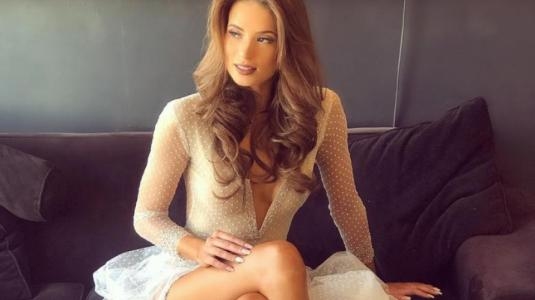Julia Fernández luce enterito tejido por Astrid Veas