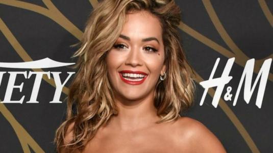 Rita Ora demuestra con raro vestido que en gustos no hay nada escrito