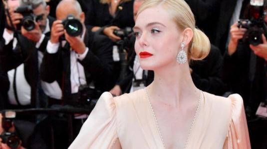 Elle Fanning se desmayó en Cannes por tener el vestido demasiado ajustado