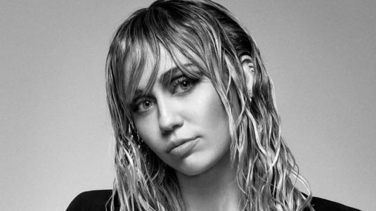 Miley Cyrus le pone fin a la década y anuncia nueva era musical