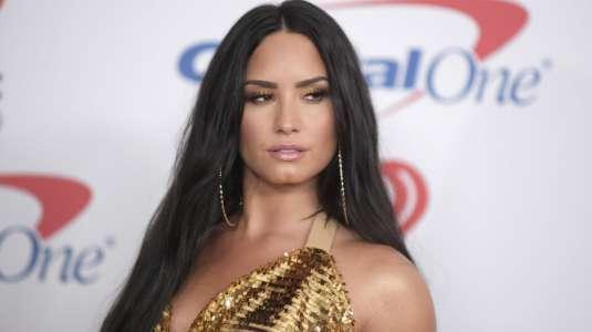 Demi Lovato se pone el vestido de JLO en los Grammy 2000 y lo transforma