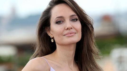 Angelina Jolie posa desnuda para hablar de Brad Pitt